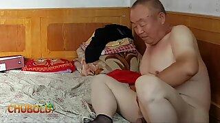 Avô chinesas fornecendo tudo para avó