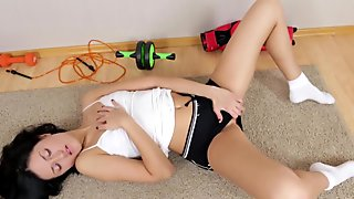 Newcomer milf exercises her pussy to orgasm