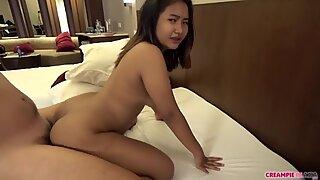 Young Asiático pierde la inocencia al hombre mayor de Japón.