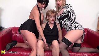 3 velhos e jovens lésbicas amantes foder