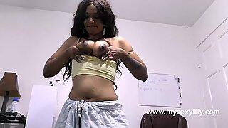 التاميل فاتنة يحصل عارية نيك بالإصبع لها كس الضغط لها عصير الثدي