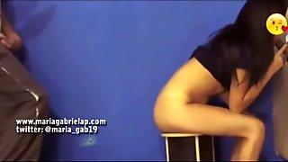 Esposa joven mamando a extra  o en gloryhole