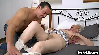 Hely Helper Rob ayuda a su ABUELITAS VECINO NORMA B con sus tareas Tand le ofrece que lo ayude a satisfacer sus deseos sexuales follando a su coño.