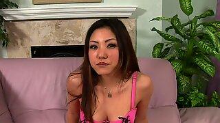 الحبيب آسيوي يحب إرضاء رجلها مع الفمويي الجنس.