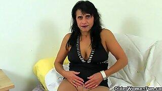 Britisch Milf Raven arbeitet ihre nylonierte Muschi